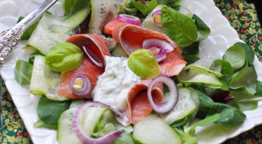 Рецепт Салат с огурцом и лососем в йогуртной заправке