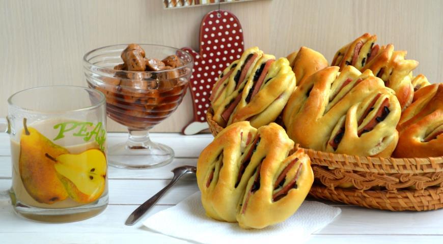 Рецепт Булочки-тюльпаны с колбасой