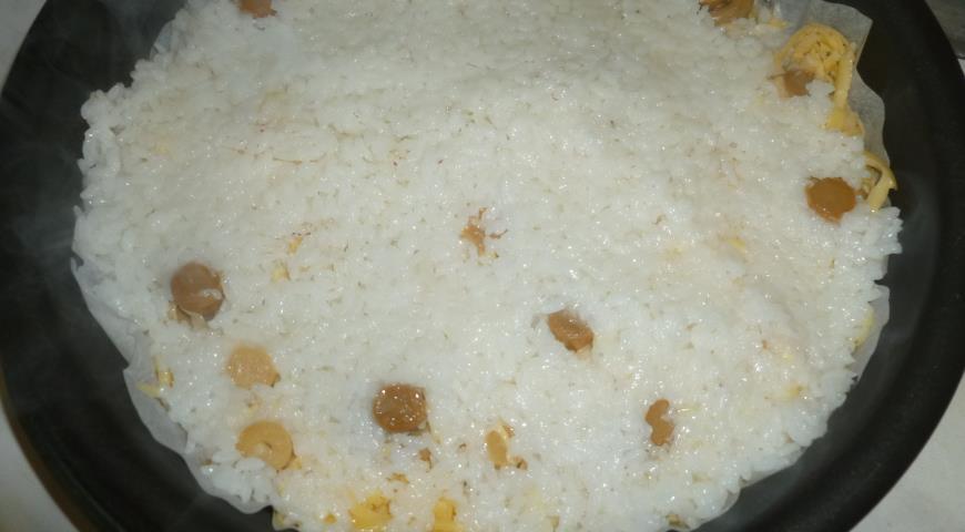 Кладем рис на тертый сыр для приготовления пирога