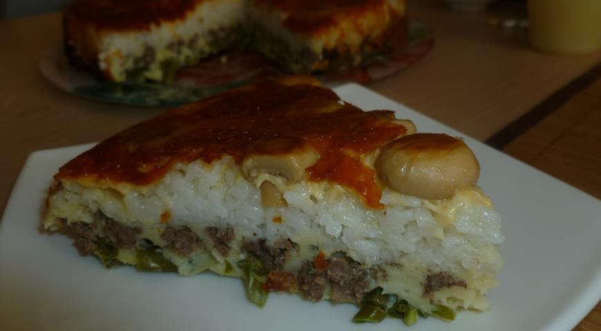 Готовый мясной пирог с рисом, грибами и стручковой фасолью