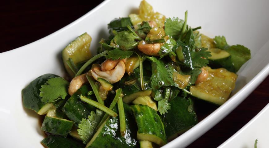Рецепт Салат из битых огурцов с кинзой и кешью
