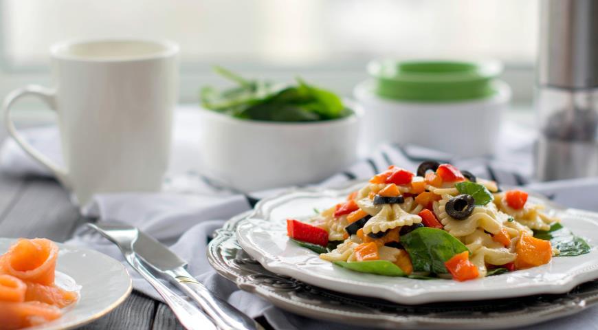 Рецепт Теплый салат с запеченным перцем и пастой