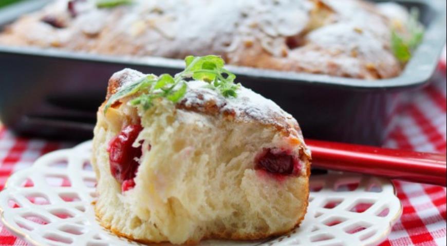 Рецепт Сладкие булочки с вишней, белым шоколадом и миндалем