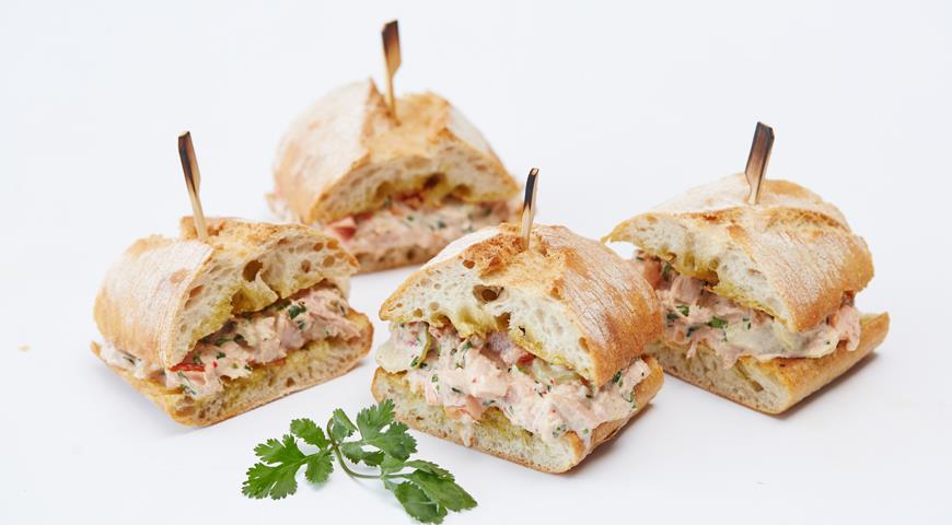 Рецепт Сэндвич с тунцом, овощами и соусом чили