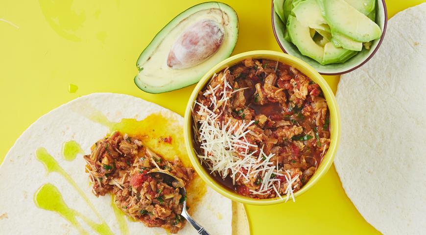 Рецепт Пряная свинина, авокадо, кинза и свежий сыр