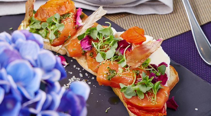 Рецепт Брускетта с лососем, сливочным сыром и песто от Михаила Кукленко