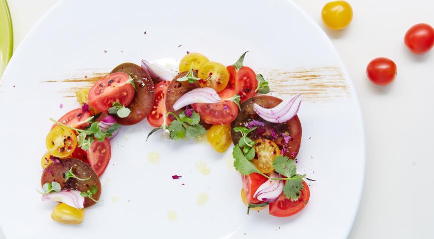 Рецепт Салат из ассорти помидоров с красным луком от Михаила Кукленко