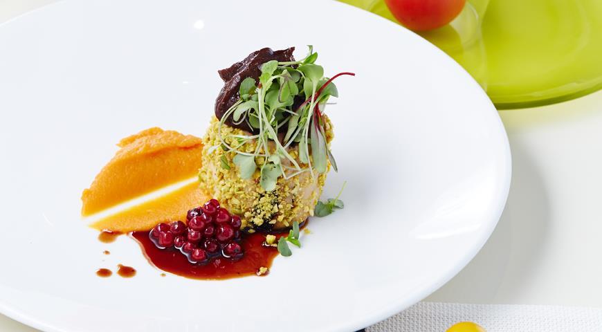 Рецепт Мильфёй из грудки цыпленка с черносливом и тыквенным пюре от Михаила Кукленко