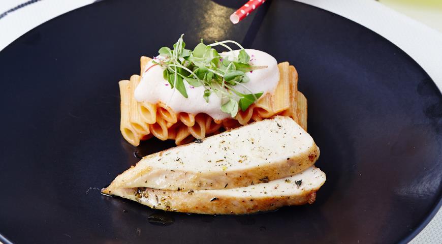 Рецепт Пенне с цыпленком в томатно-сливочном соусе от Михаила Кукленко