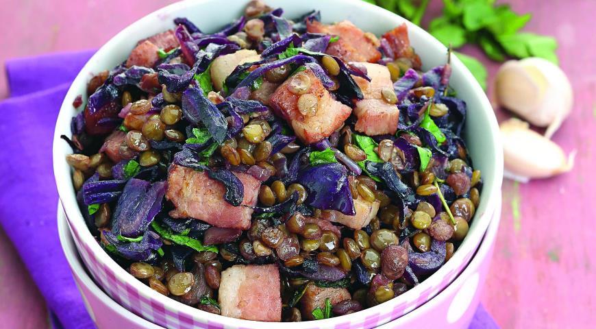 Рецепт Чечевица с грудинкой и красной капустой