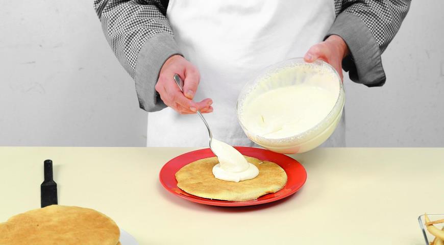Медовый торт сосметанным кремом. Шаг 8