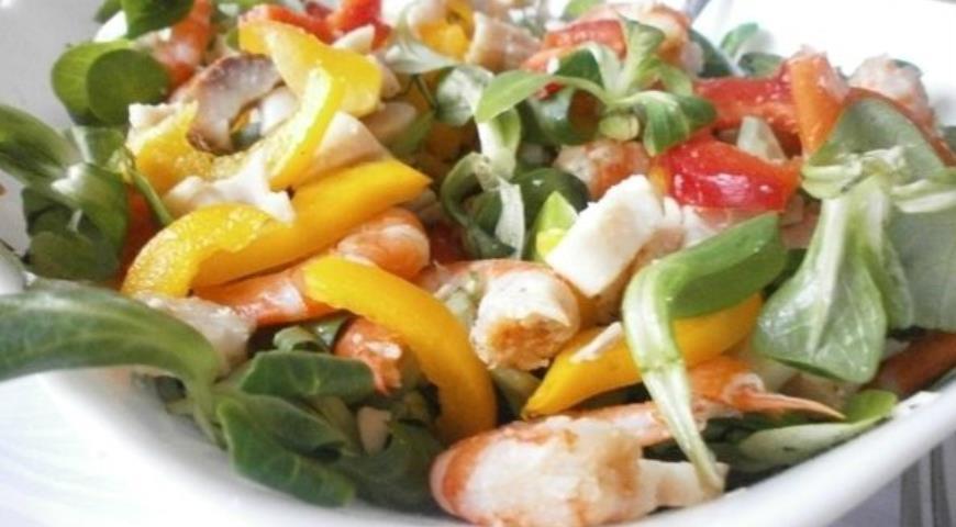 Рецепт Королевский салат с копченым угрем, креветками и кальмарами
