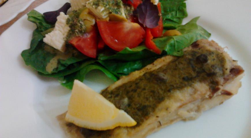 Рецепт Скат запеченный в духовке с щавелевым соусом и каперсами и простой салат с брынзой и заправкой песто на основе рукколы.