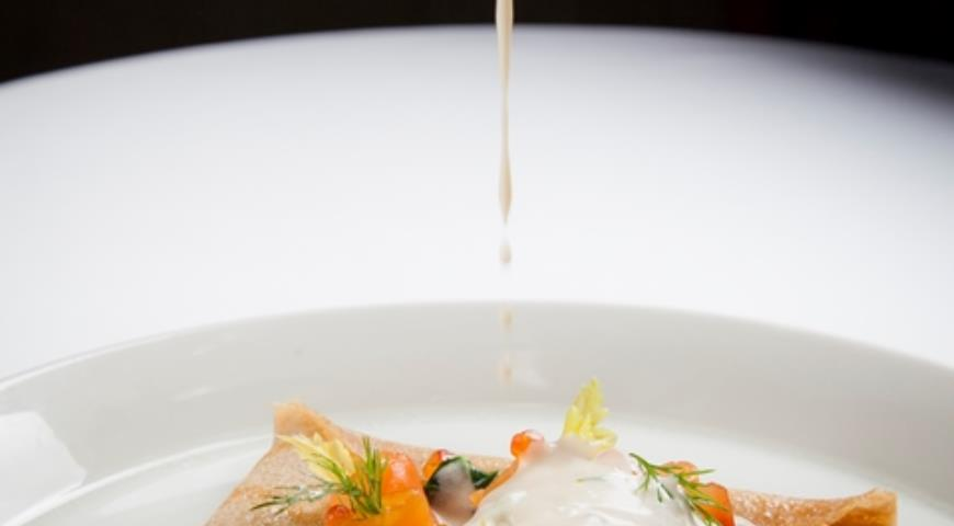 Рецепт Блины из гречневой муки с копченым лососем и шпинатом