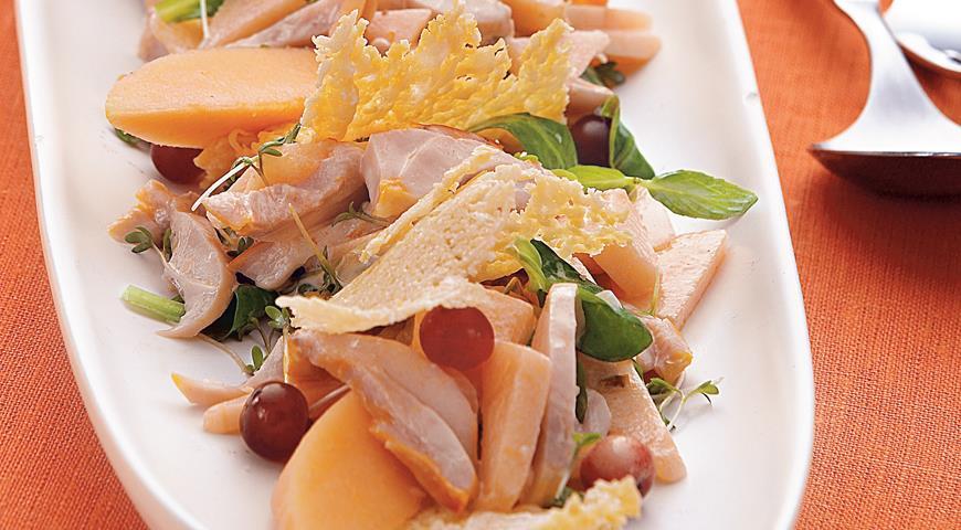 Рецепт Салат с курицей, дыней и чипсами из пармезана