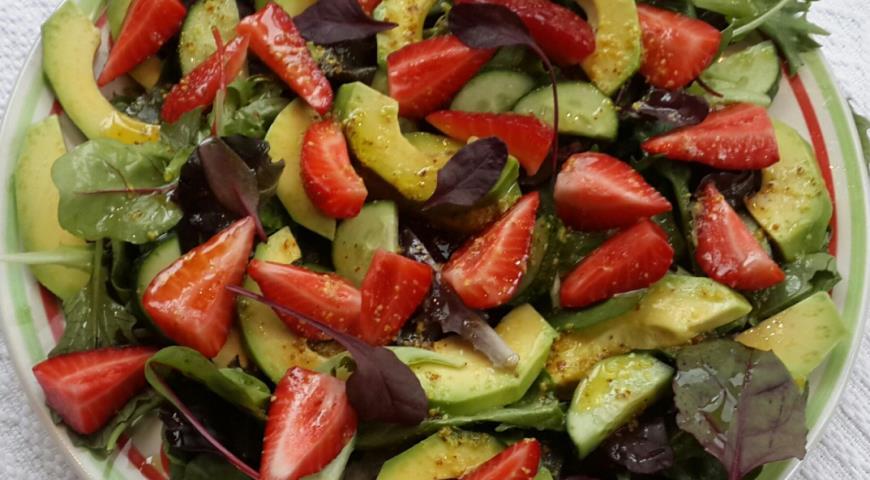 Рецепт Зеленый салат с клубникой, огурцом и авокадо