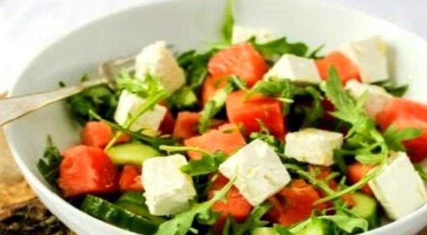 Рецепт Салат с арбузом, рукколой и фетой