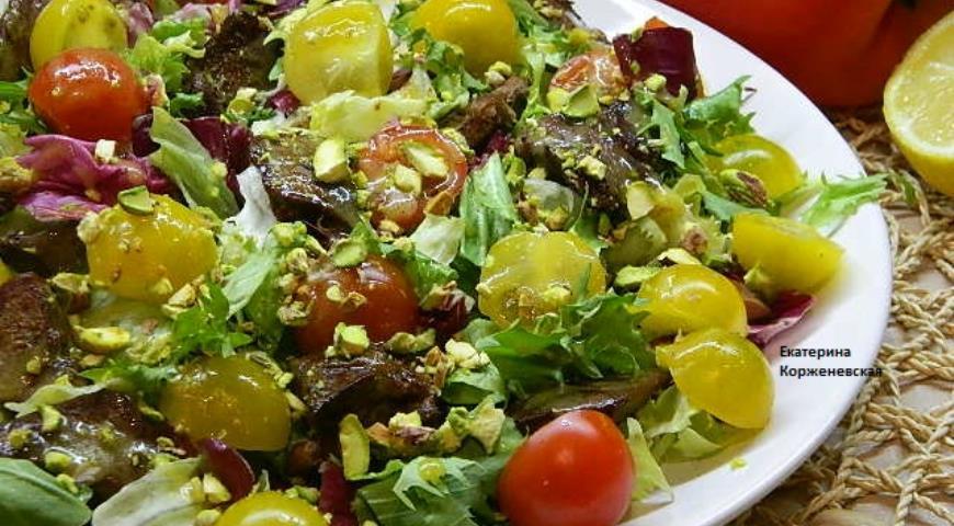 Рецепт Зеленый салат с куриной печенкой и фисташками