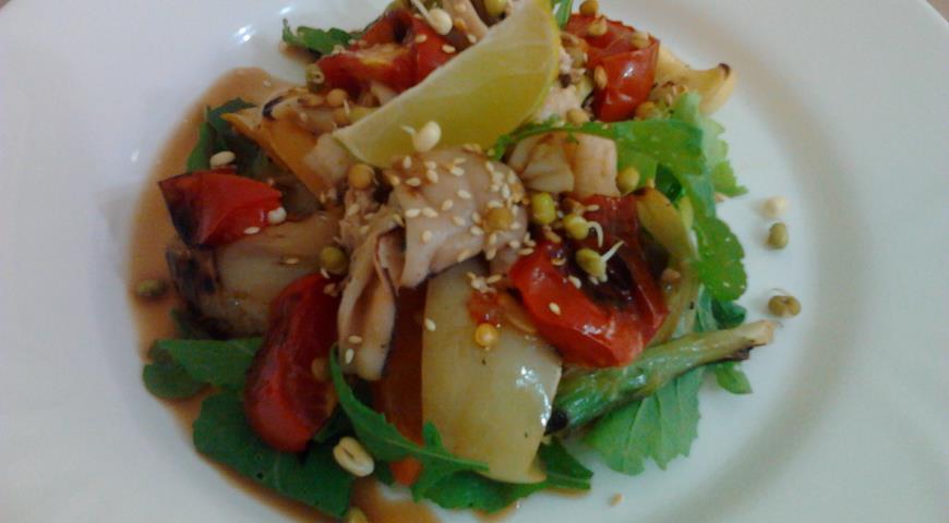 Рецепт Салат-гриль с кальмарами, овощами и ростками маша