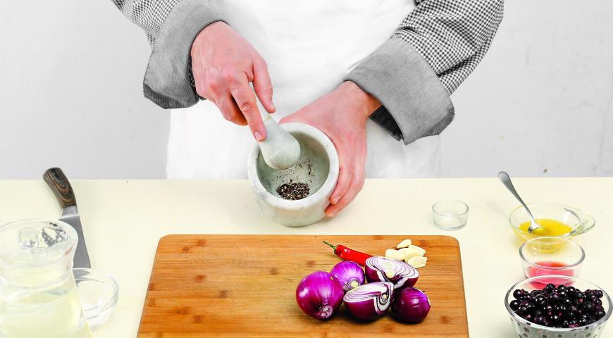 Луковый салат со смородиной. Шаг 1