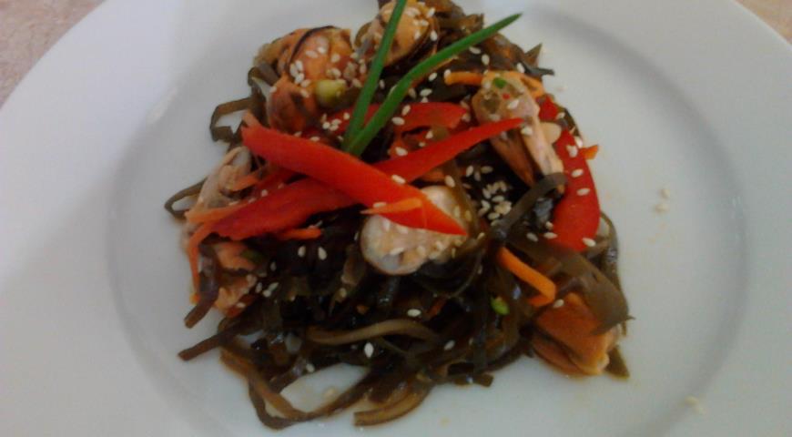 Рецепт Салат с морской капустой и мидиями