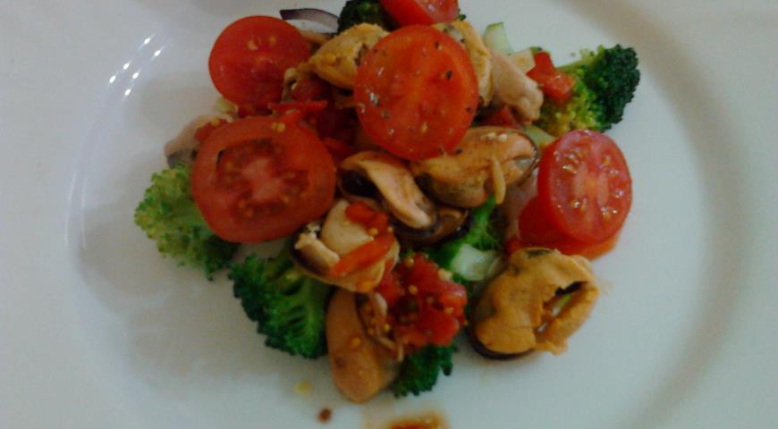 Рецепт Салат с мидиями,брокколи,помидорами черри и зеленым горошком.