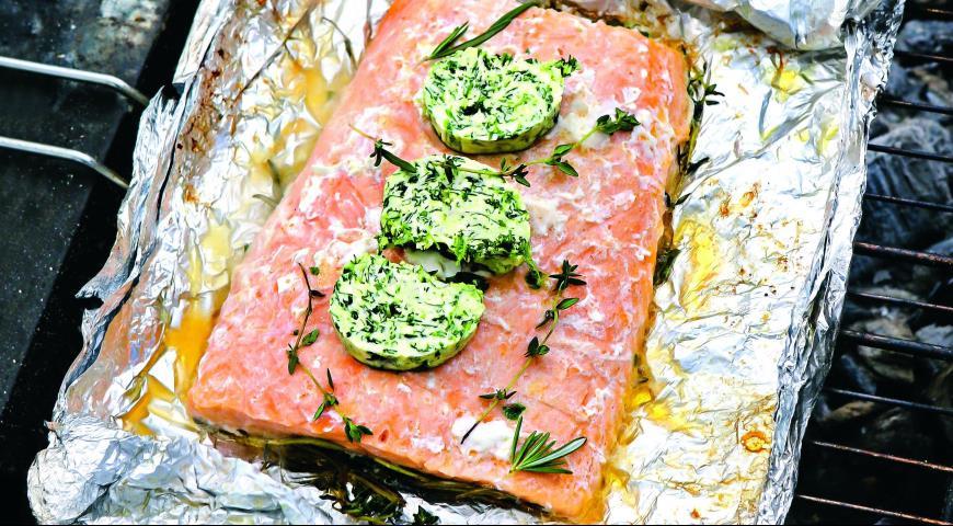 Филе лосося в фольге на барбекю печь из кирпича с казаном мангалом и барбекю