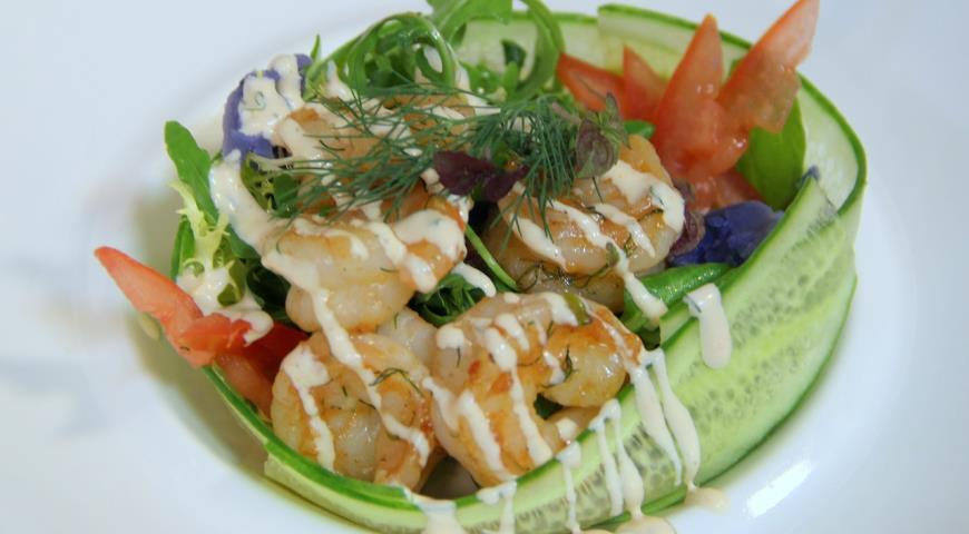 Рецепт Закуска из креветок, зеленого салата и помидоров в кольце из огурца