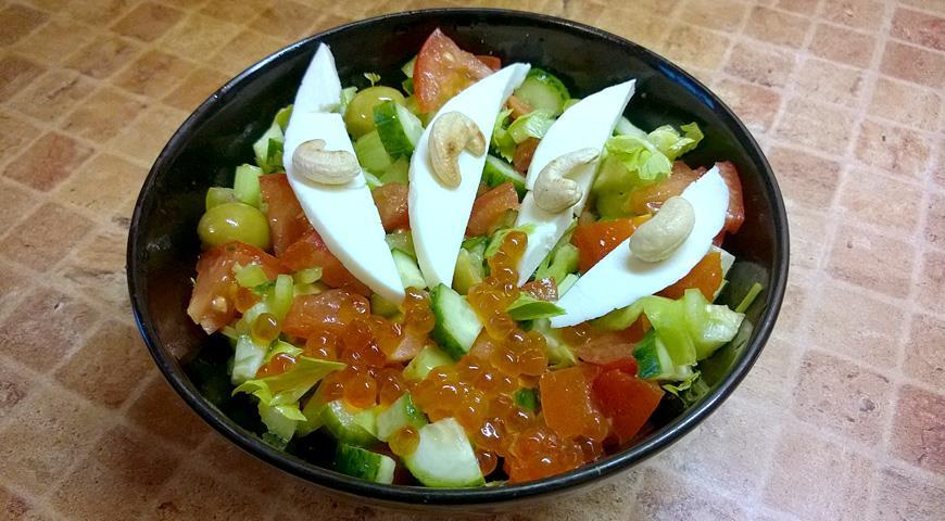 Рецепт Овощной салат с каперсами, адыгейским сыром, кешью и красной икрой