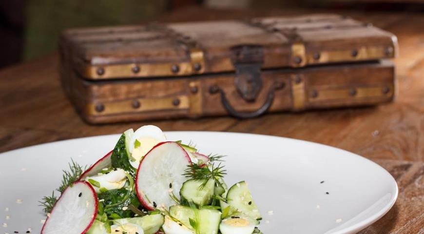 Рецепт Дачный салат с огурцом, редисом и яйцом