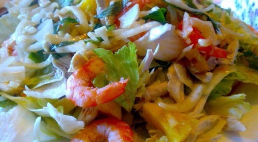 Рецепт Тайский салат с курицей, креветками и ананасом