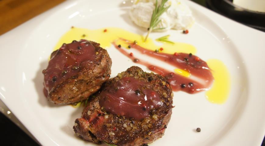 Рецепт Филе-миньон запеченный с тремя видами перца и розмарином в соусе из красного вина