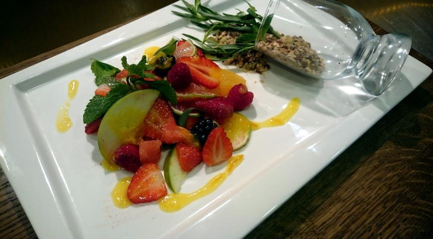 Рецепт Фруктово-ягодный салат с апельсиновым вареньем