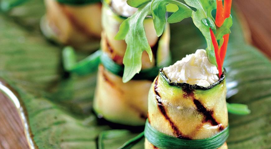 Рецепт Рулетики из цукини со свежим сыром и руколой