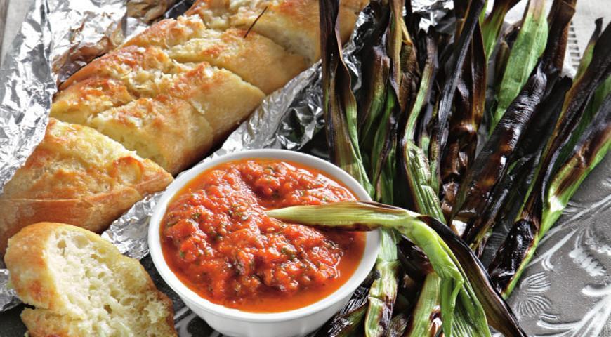 Рецепт Молодой чеснок на углях с соусом из запеченных овощей