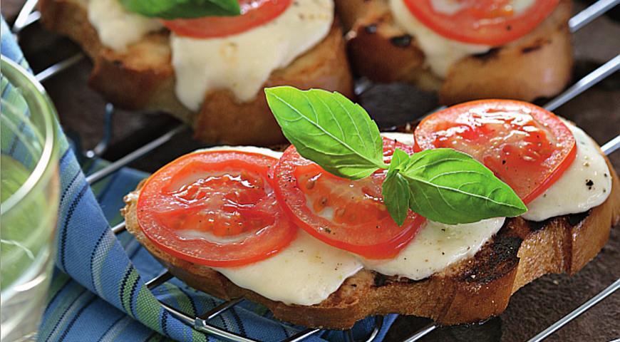 Рецепт Брускетта с моццареллой и помидорами