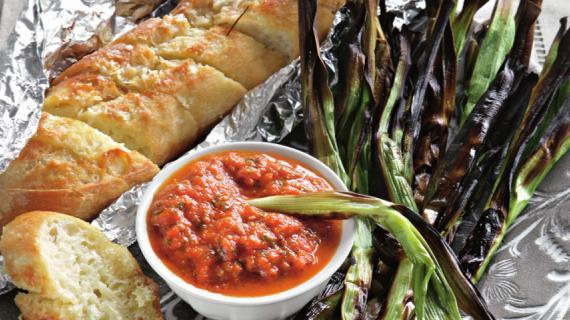 Молодой чеснок на углях с соусом из запеченных овощей
