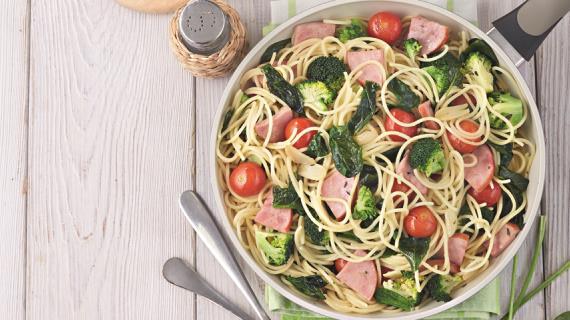 Спагетти с ветчиной и брокколи