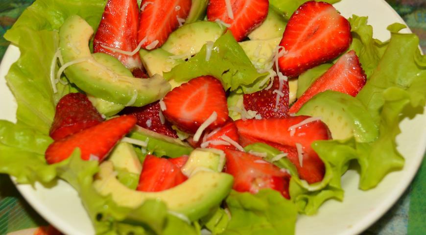 Рецепт Салат с клубникой и авокадо