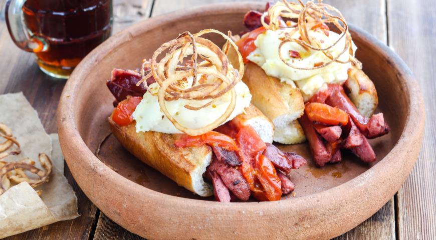 Хот дог с картофельным пюре, копчёными колбасками и луком фри 2