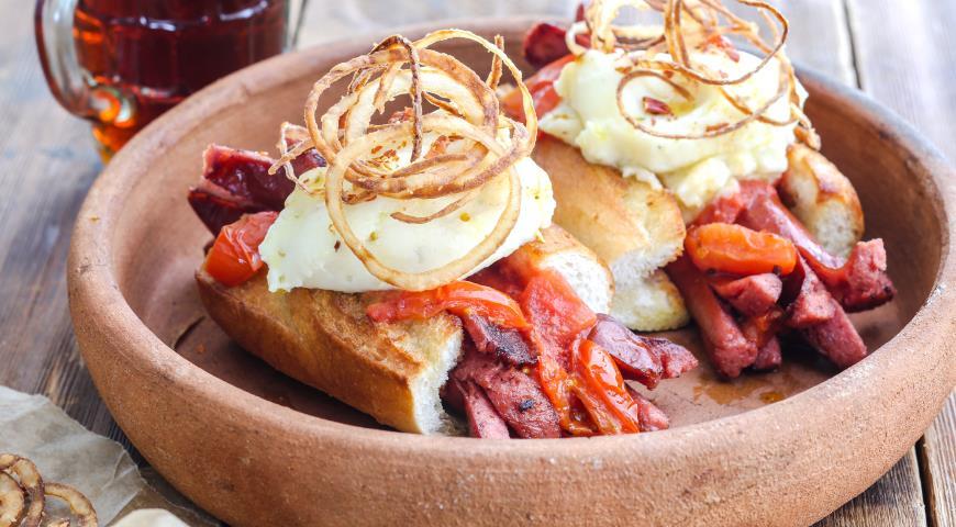 Рецепт Хот дог с картофельным пюре, копчёными колбасками и луком фри