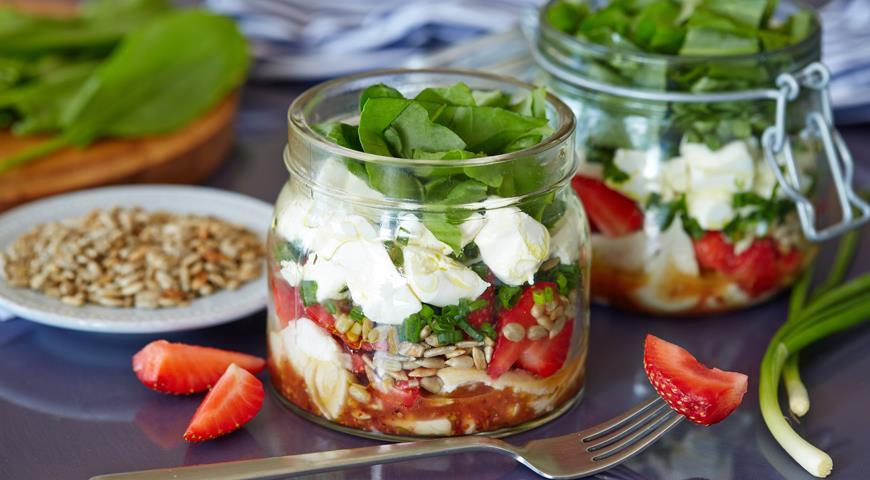 Рецепт Клубничный салат в банке