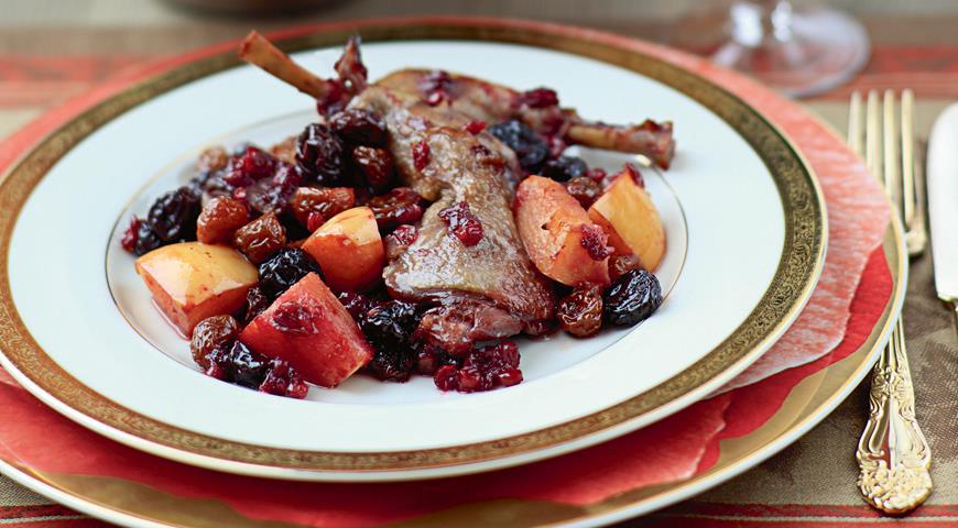 Рецепт Цесарка, печенная с айвой и брусничным соусом