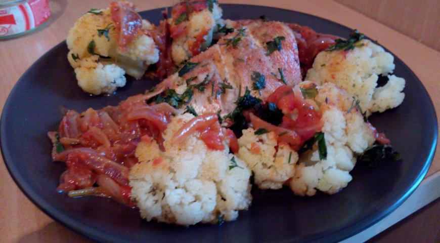 Рецепт Морской окунь с цветной капустой в папрично-томатном соусе