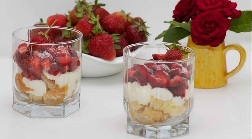 Рецепт Десерт Ароматный бисквит с клубникой