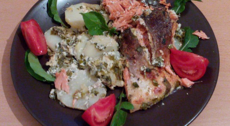 Рецепт Кижуч с картофелем, весенней зеленью, томатами и рукколой