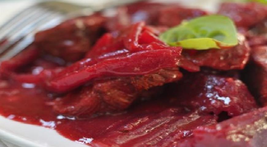 Рецепт Говядина со свеклой и пряностями (в мультиварке)