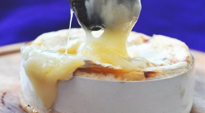 Рецепт Камамбер, запеченный с медом и коньяком