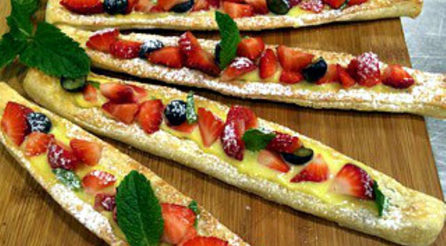 Рецепт Пирожное из слоеного теста с заварным кремом и ягодами