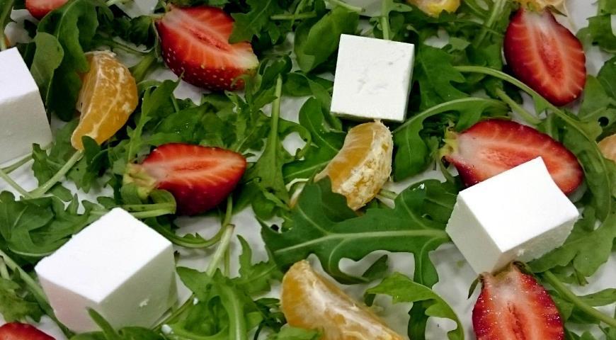 Рецепт Салат с рукколой,клубникой,мандаринами и фетой